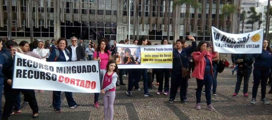 Entidades Assistenciais protestam contra corte de recursos promovido pelo governo Paulinho Serra (PSDB)