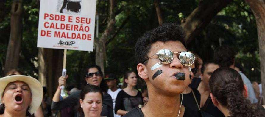Manifestação contra reestruturação do ensino reúne 20 mil em SP