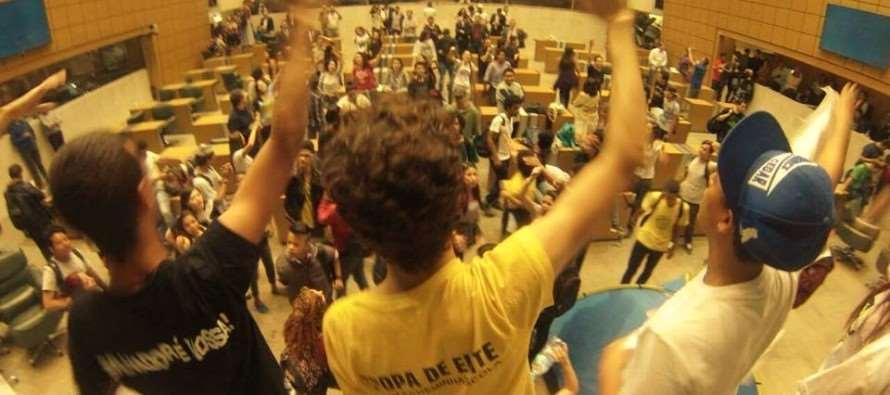 Secundaristas ocupam Alesp para reivindicar CPI da merenda