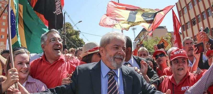 Nos braços do povo: Lula chega à sede da Justiça Federal para depoimento ao juiz Moro