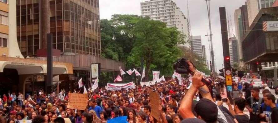 #DesGoverno: Estudantes protestam contra Alckmin e o fechamento de 150 escolas estaduais em São Paulo